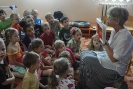 Danuta Kuroń czyta dzieciom