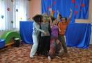 Dzieciom czytają tancerze